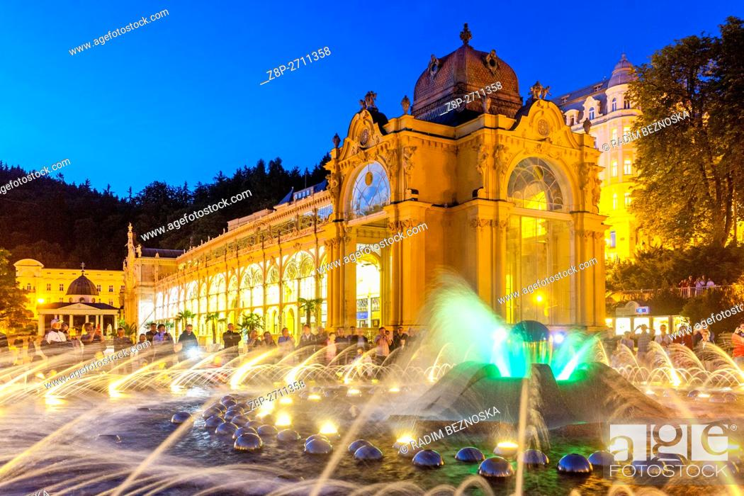Imagen: Evening lights Singing Fountain and the Colonnade, Marianske Lazne (Marienbad), a spa town, West Bohemia, Czech Republic.