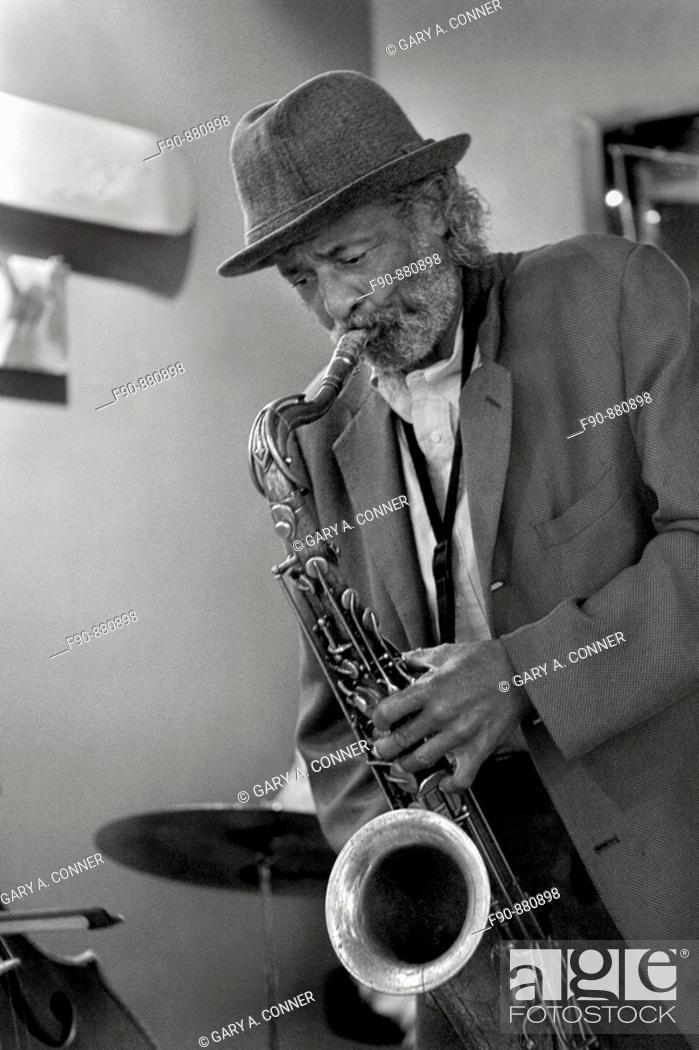 Imagen: Cafe Balcony Jazz, Billy H Jazz saxophone, black and white MR.