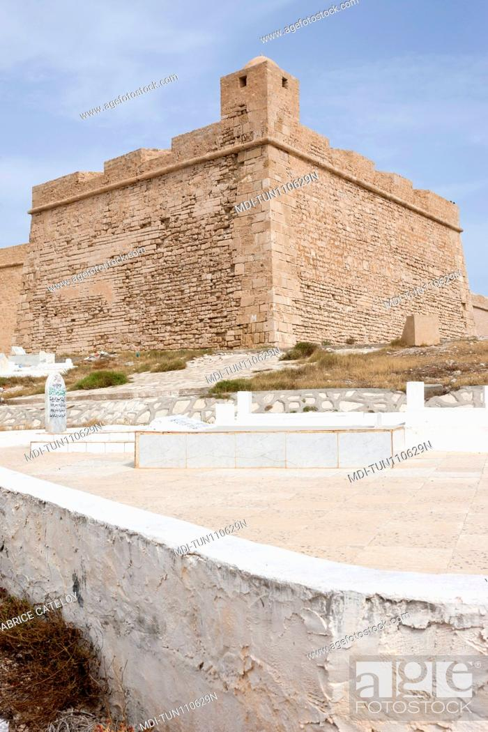 Imagen: Tunisia - Madhia - The cemetery and in the background the fort.