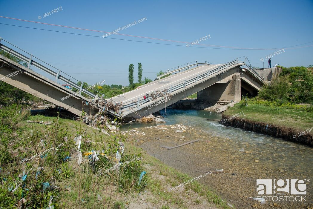 Imagen: broken concrete bridge in Albania.