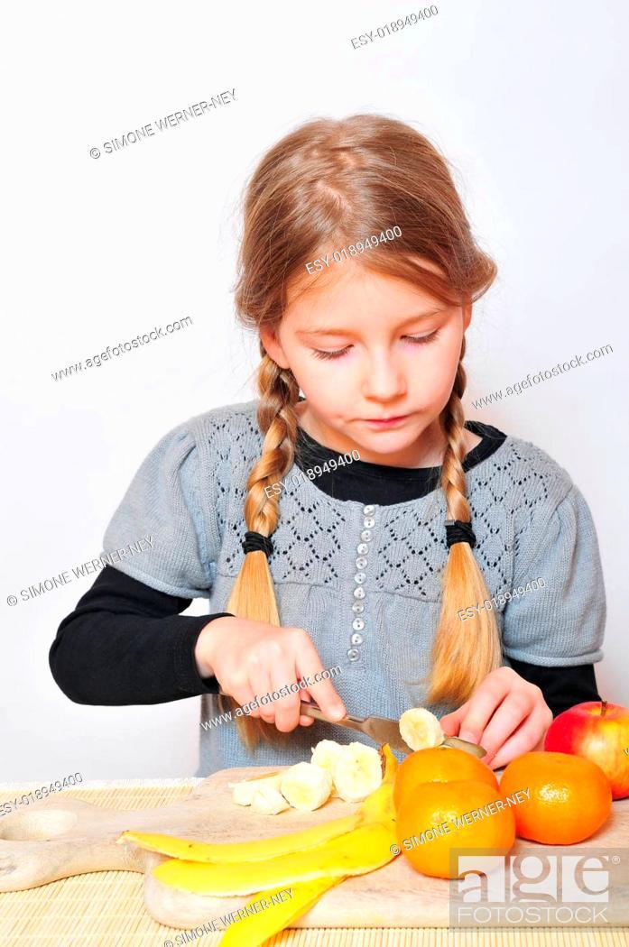 Stock Photo: Mädchen beim Kochen.