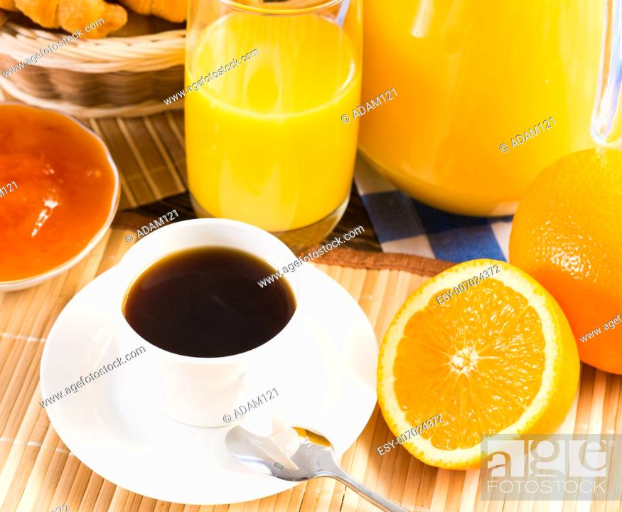 Imagen: continental breakfast: coffee, strawberry, croissant and juice.