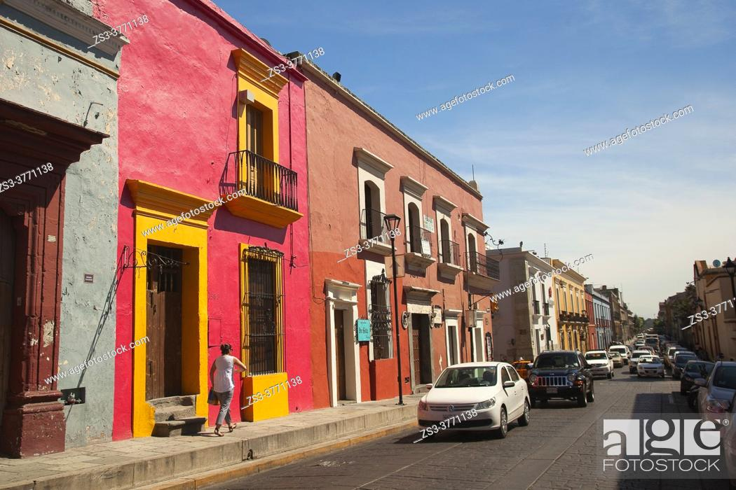 Imagen: Woman in front of the buildings at the historic center, Oaxaca, Oaxaca State, Mexico, Central America.