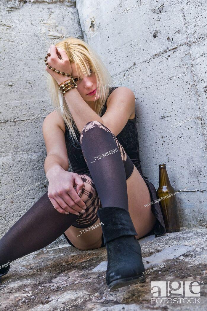 Imagen: Abandoned young woman drinker.