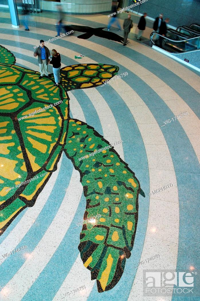 KANADA, TORONTO, 13.05.2005, Conference gowers meet and exchange ...