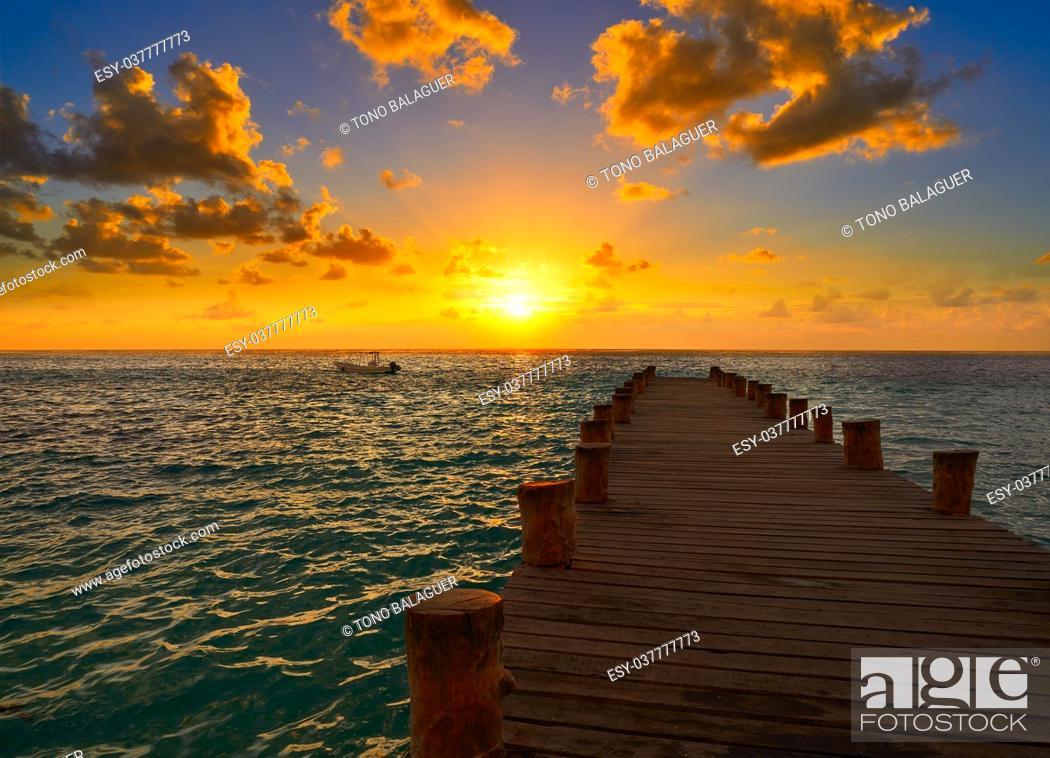Photo de stock: Riviera Maya pier sunrise in Caribbean Mayan Mexico.
