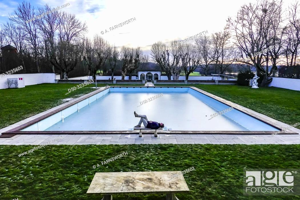Imagen: Stockholm, Sweden A man lazes by the frozen pool at Häringe Slott or Haringe Castle, known for its decadent parties throughout the centuries.