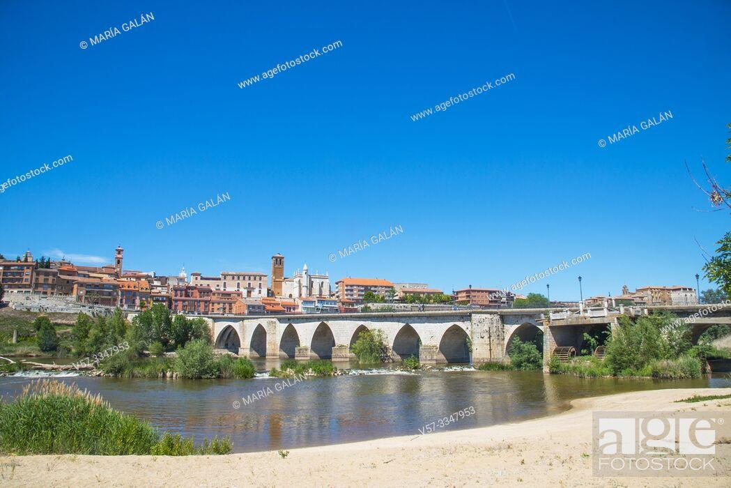 Imagen: River Duero and overview of the town. Tordesillas, Valladolid province, Castilla Leon, Spain.