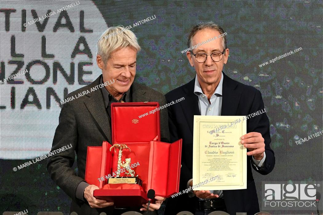 Imagen: Claudio Baglioni receives the 'Amico di Sanremo ' Award (Friends of Sanremo) from the Mayor of Sanremo Alberto Biancheri during the final press conference of.