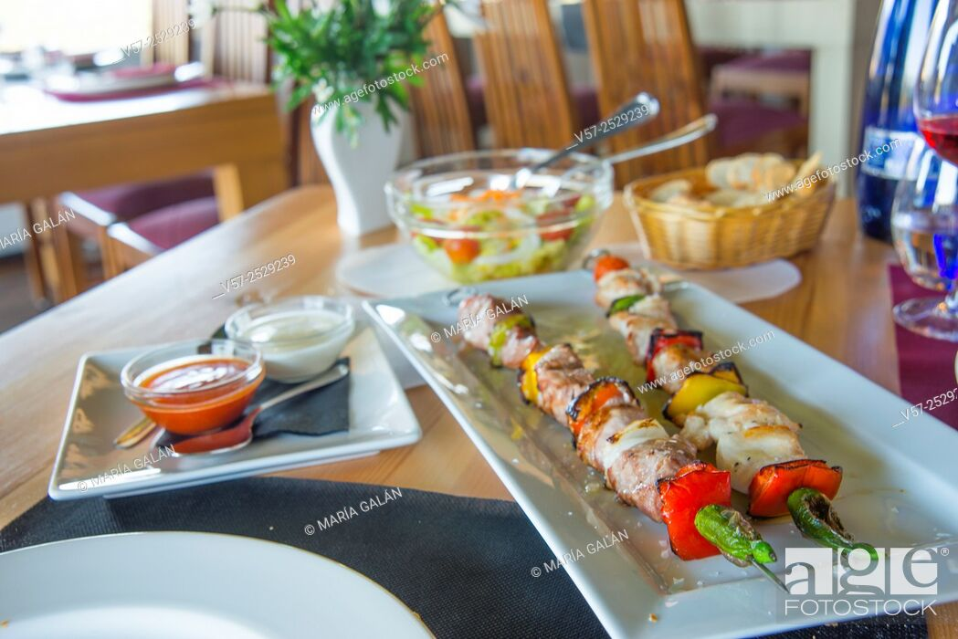 Imagen: Brochette of meat and vegetables in a restaurant.
