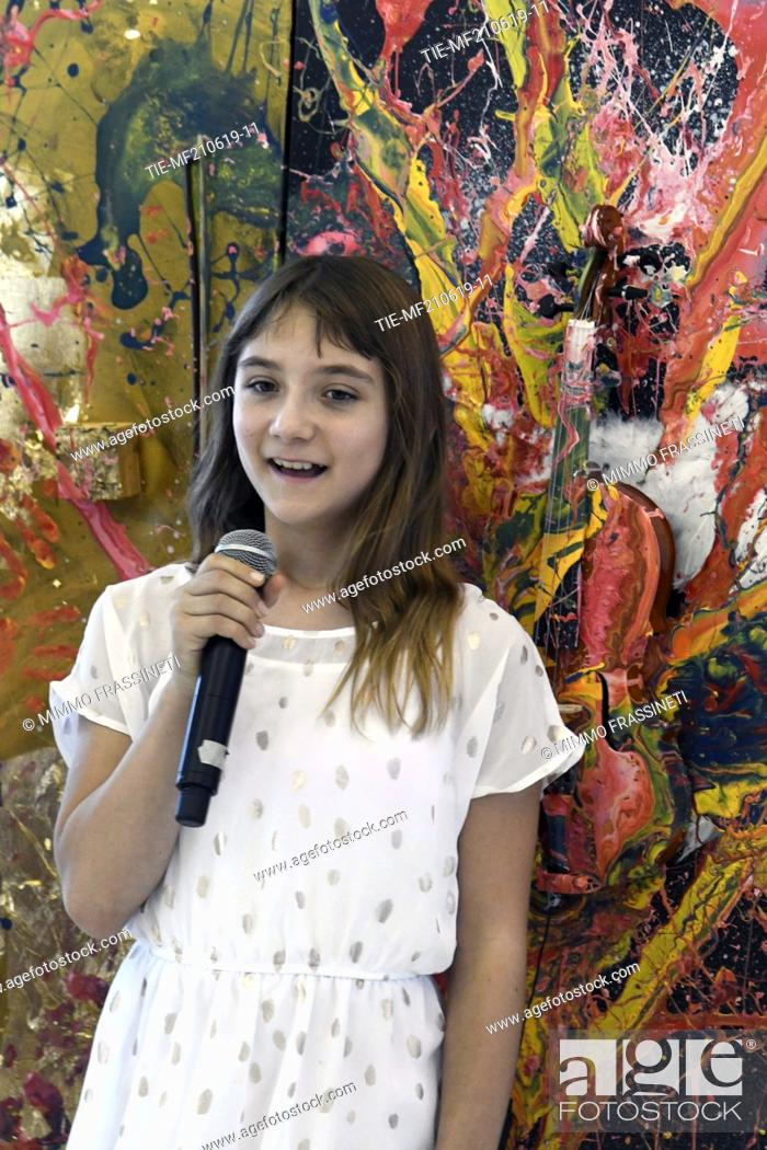 Imagen: Aelita Andre, Australian young painter (12 years old ) tells herself at the Museum of Civiltà in Rome ,ITALY-20-06-2019.