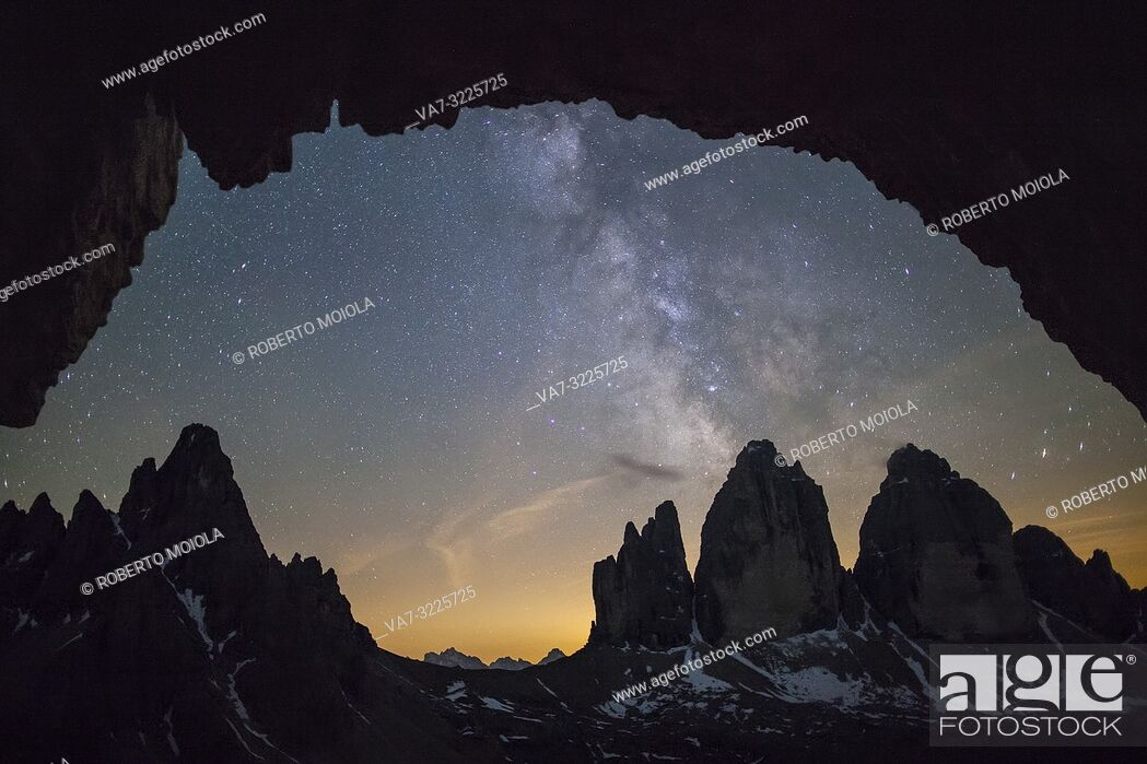 Imagen: Milky way above the rocky peaks of Tre Cime di Lavaredo, Sesto Dolomites, Bolzano province, South Tyrol, Italy.