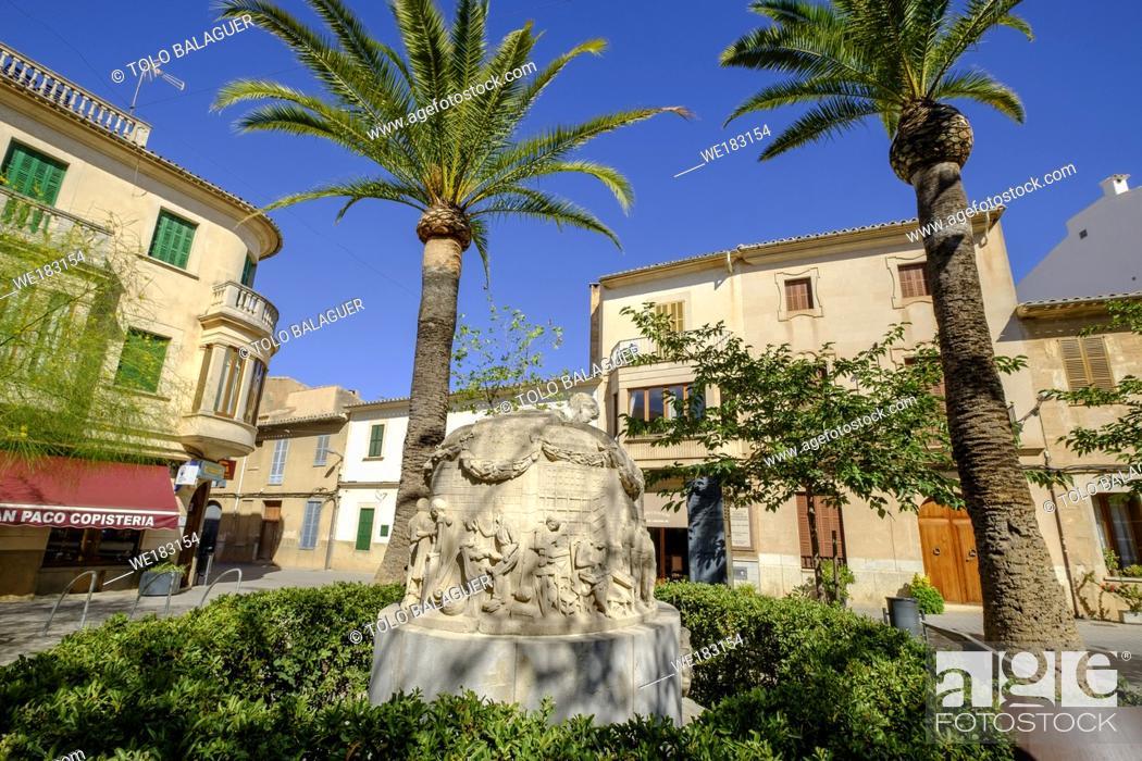 Stock Photo: escultura en memoria del zapatero, piedra arenisca, Tomas Vila 1963, placeta del Sabater, llucmajor, Mallorca, balearic islands, spain, europe.
