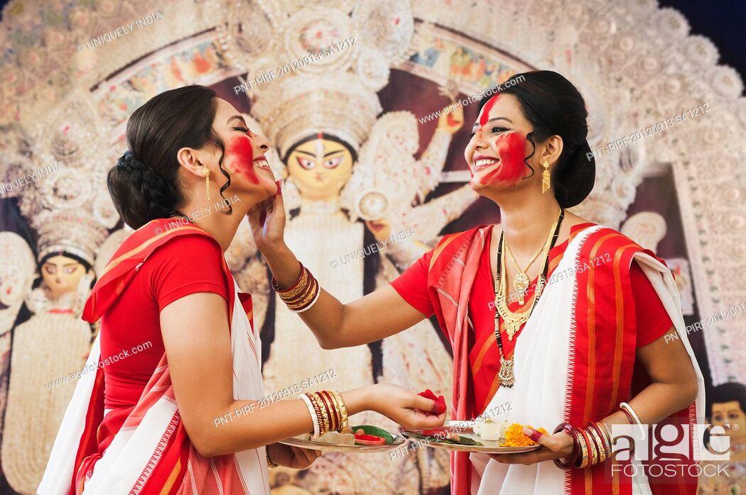 Imagen: Bengali women celebrating Durga Puja.