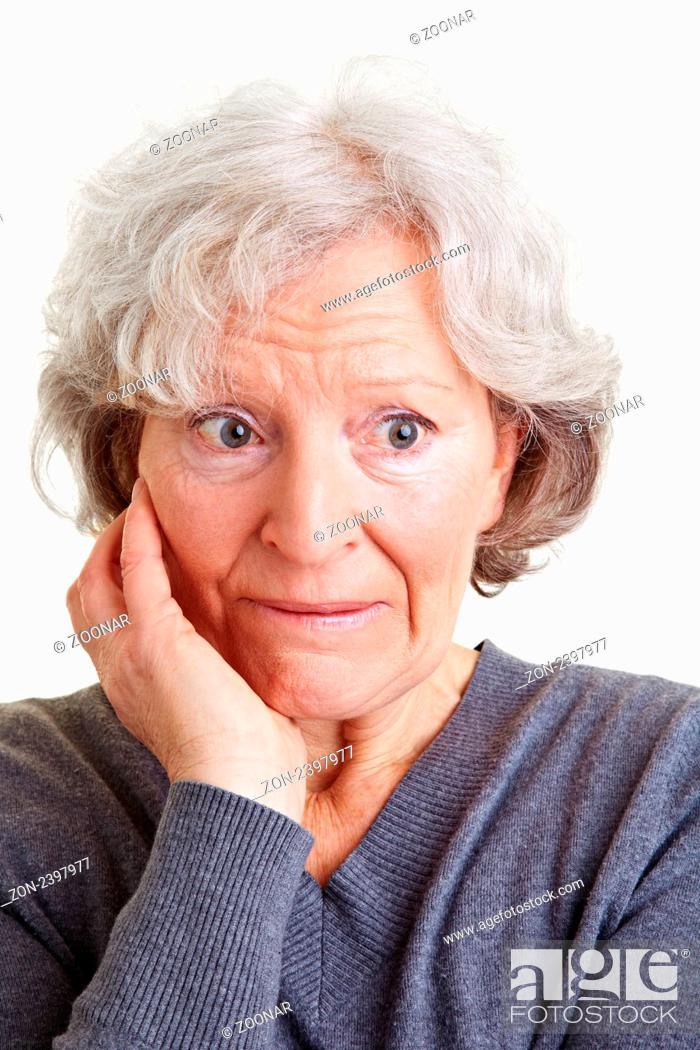 Seniorin Mit Grauen Haaren Schaut Schüchtern Zur Seite