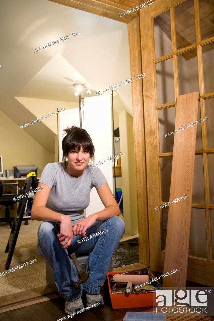 Imagen: Woman doing home repairs.