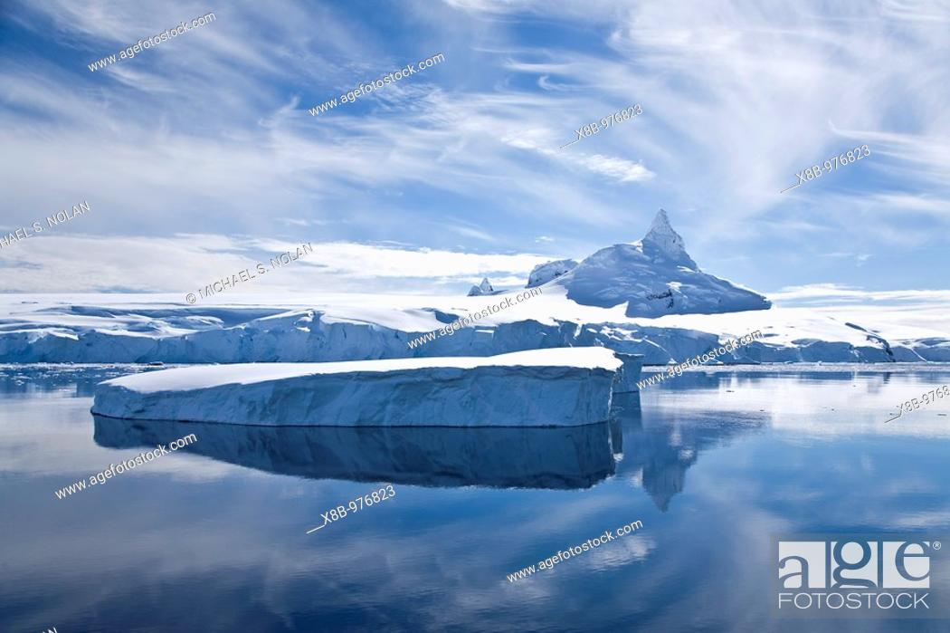 Imagen: The Lindblad Expeditions ship National Geographic Explorer pushes through ice in Grandidier Channel, a navigable channel between the west coast of Graham Land.
