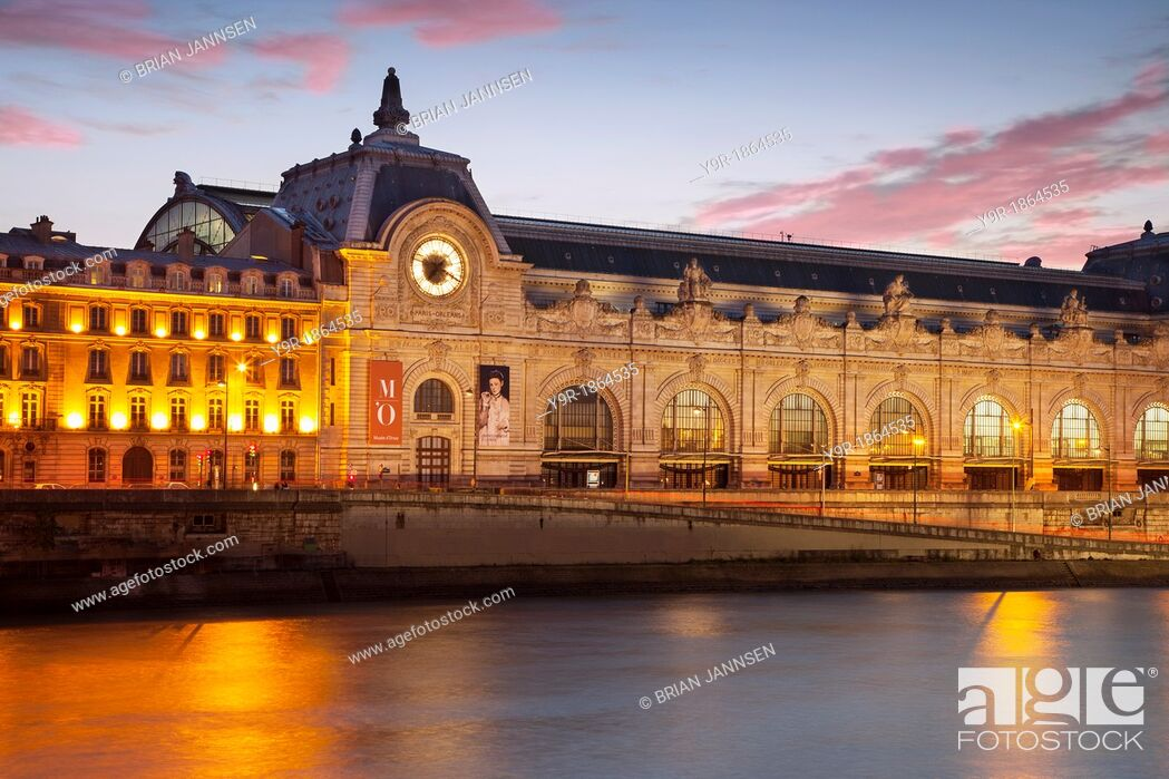Photo de stock: Twilight over Musee d'Orsay and the River Seine, Paris France.