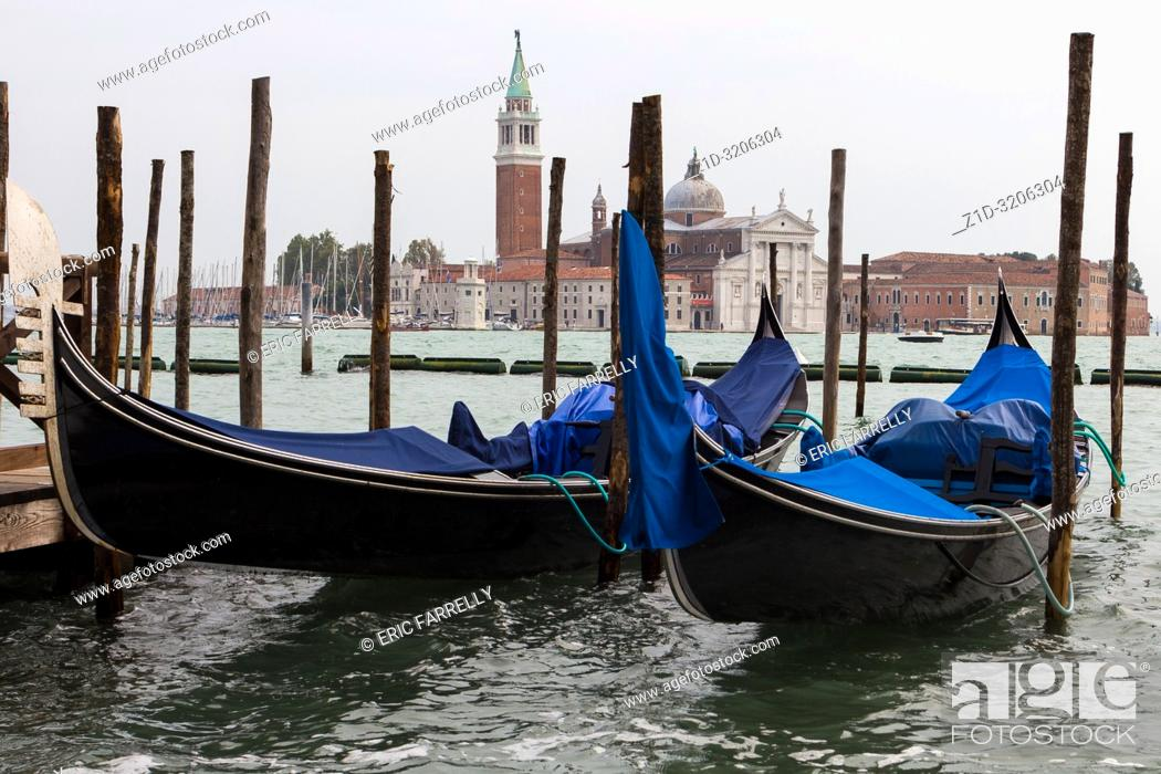 Imagen: Venice. Rainy weather. Italy. Tied up gondolas.