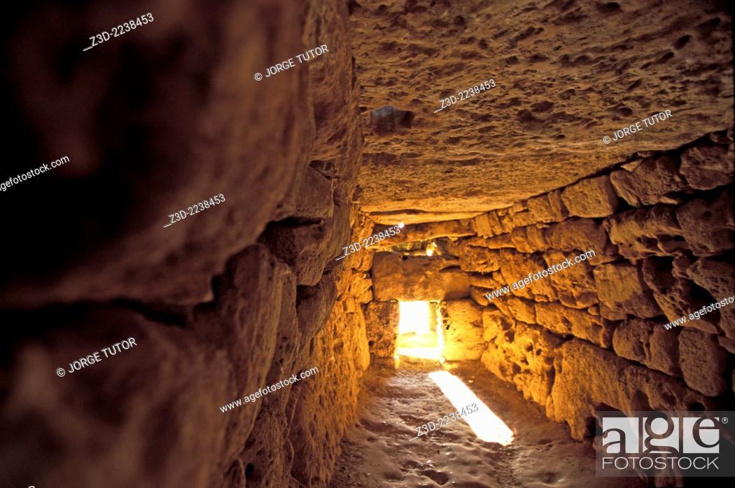 Imagen: Interior of the Naveta d'Es Tudons, or Naveta of Es Tudons is the most remarkable megalithic chamber tomb in the Balearic island of Minorca, Spain.