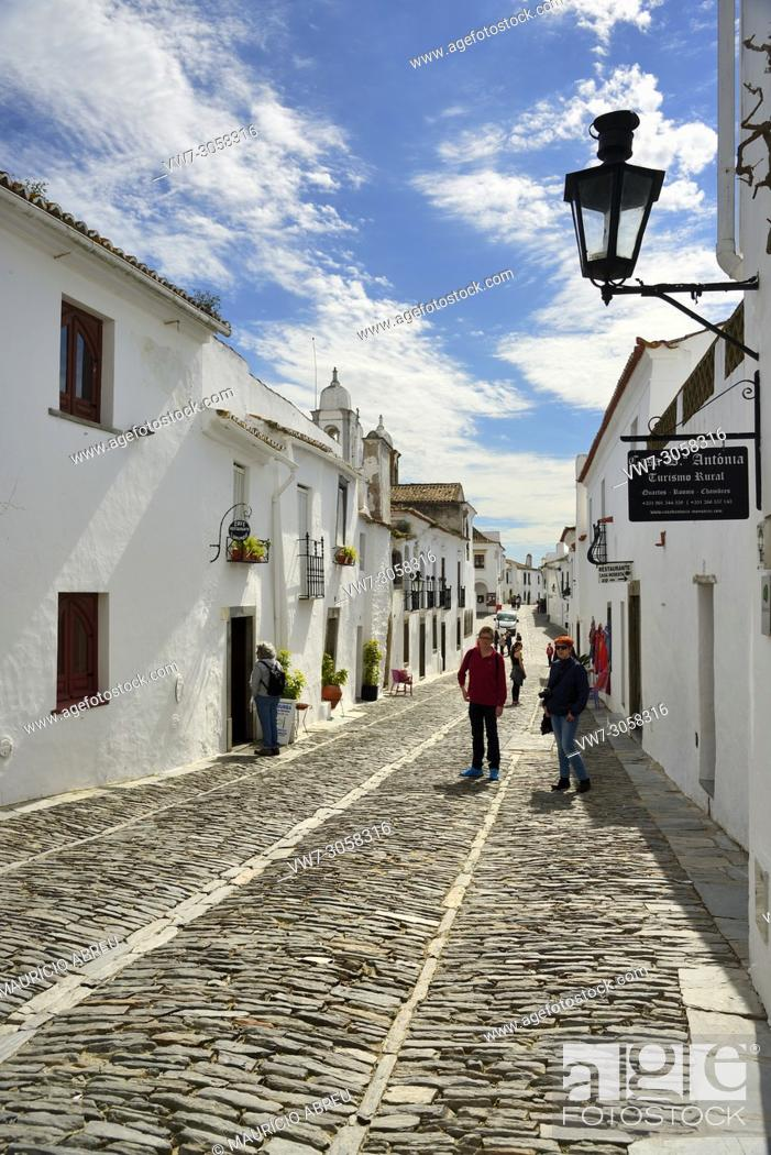 Imagen: The white washed houses of the historic village of Monsaraz. Alentejo, Portugal.