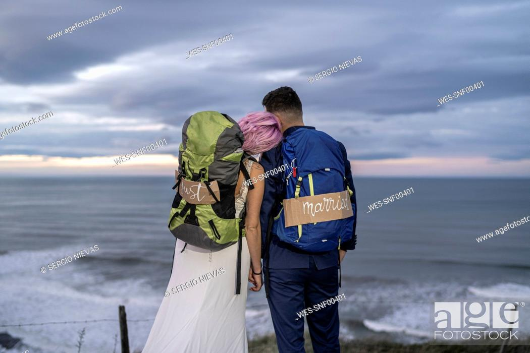 Photo de stock: Bridal couple on viewpoint and ocean in the background.