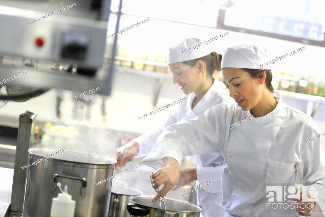 Imagen: Chefs, Cooks in cooking school, Cuisine School, Donostia, San Sebastian, Gipuzkoa, Basque Country, Spain, Europe.