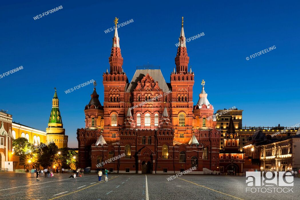 Photo de stock: Russia, Central Russia, Moscow, Red Square, Kremlin wall, Arsenal Tower, State Historical Museum and Iberian Gate right at night.