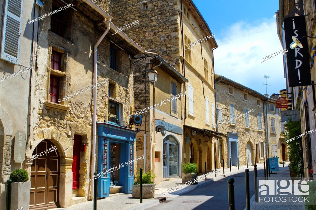 Imagen: Lourmarin, labelled as the most beautiful villages of France, Louberon, in Apt district, Vaucluse department and Provence-Alpes-Côte d'Azur region.