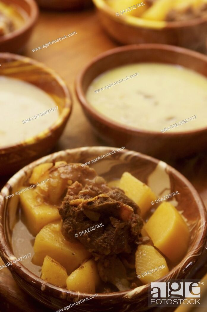 Imagen: Local food, patatato meat with potatoes and Ksydato soup Amorgos, Cyclades, Greece.