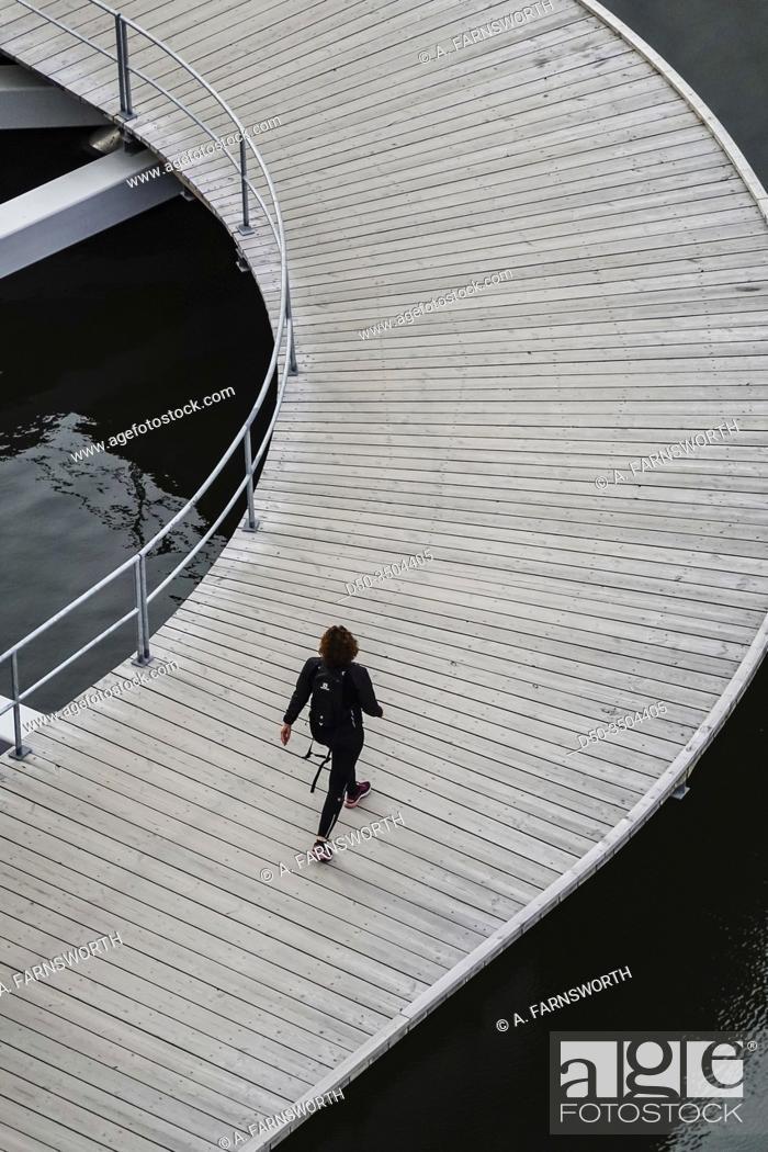 Imagen: Stockholm, Sweden April 1, 2020 Pedestrians walking on the quay at Liljeholmskajen.