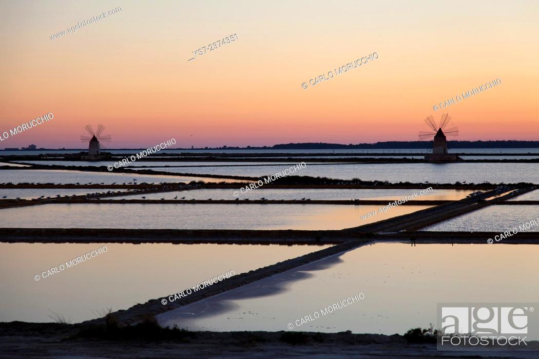 Imagen: Salt ponds and the picturesque windmills at the Stagnone lagoon, Marsala, Sicily, Italy, Europe.