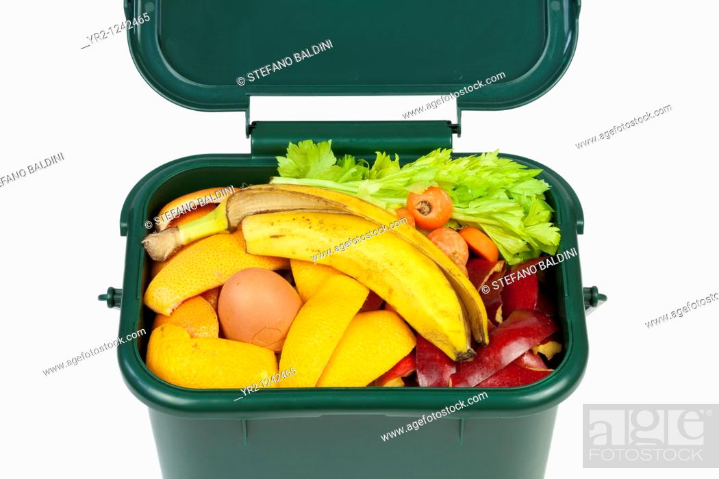 Imagen: Food waste for composting in domestic recycling waste bin.