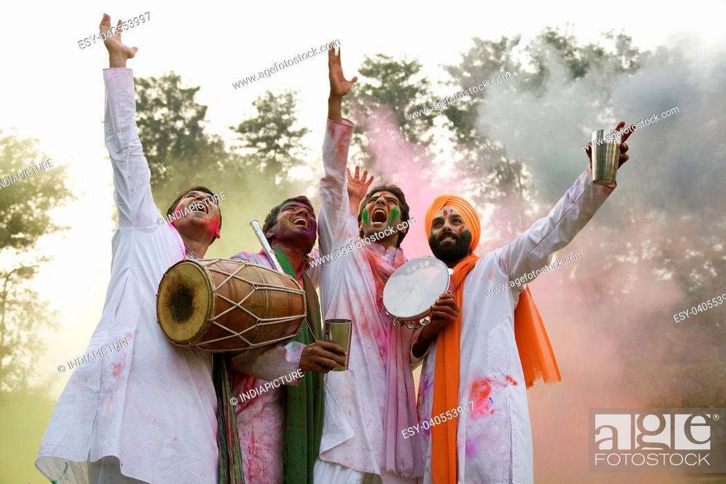 Imagen: Men playing Holi.