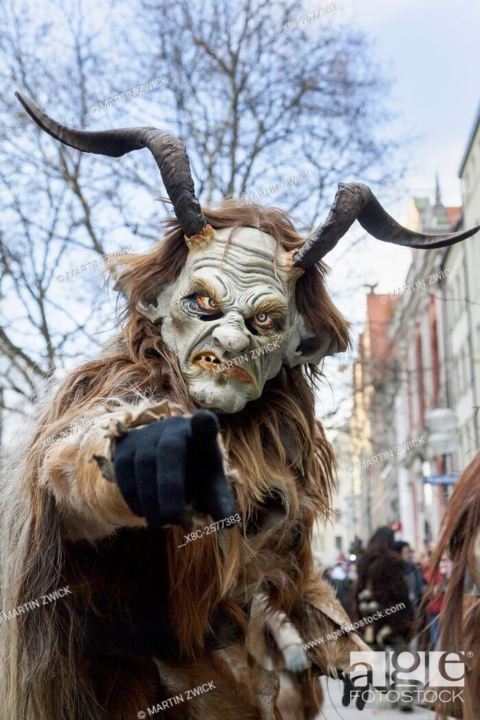Imagen: Krampuslauf or Perchtenlauf during advent in Munich, an old tradition taking place during christmas time in the alps of Bavaria, Austria and South Tyrol.