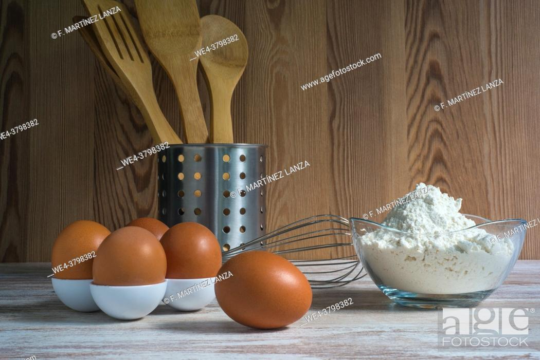 Imagen: Eggs and flour with bakery utensils.