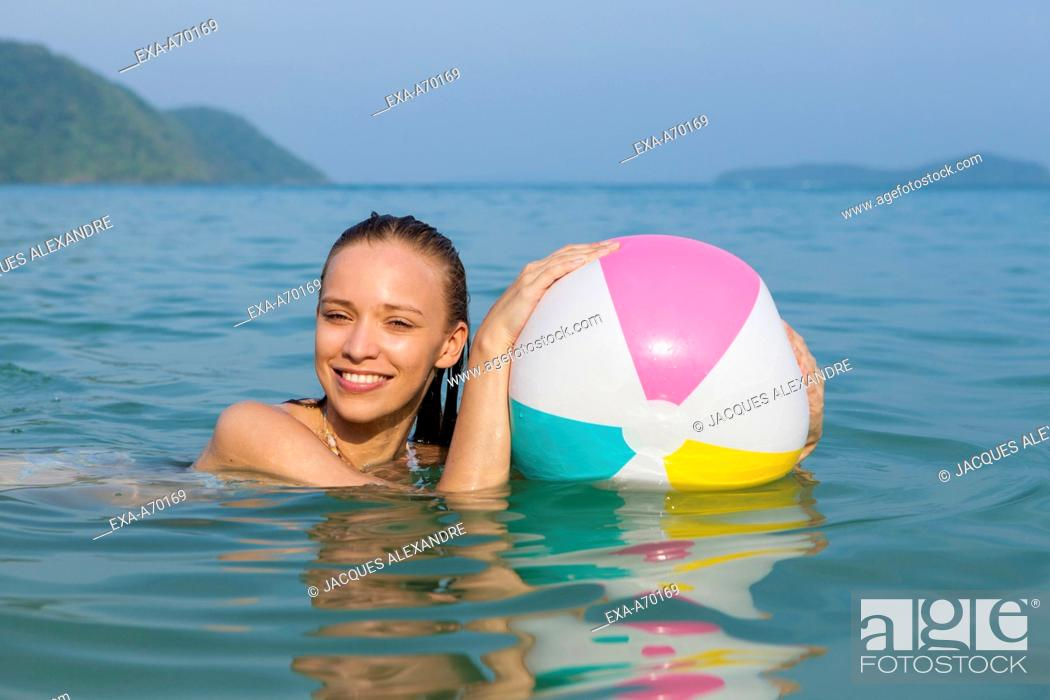 Imagen: Woman with ball swimming.