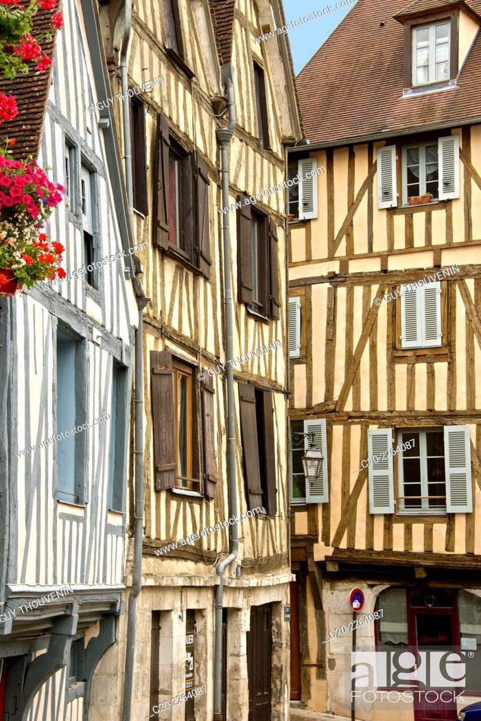 Imagen: Medieval houses facades, half timbered, old town, Macon, Saône et Loire, 71, Bourgogne, France.