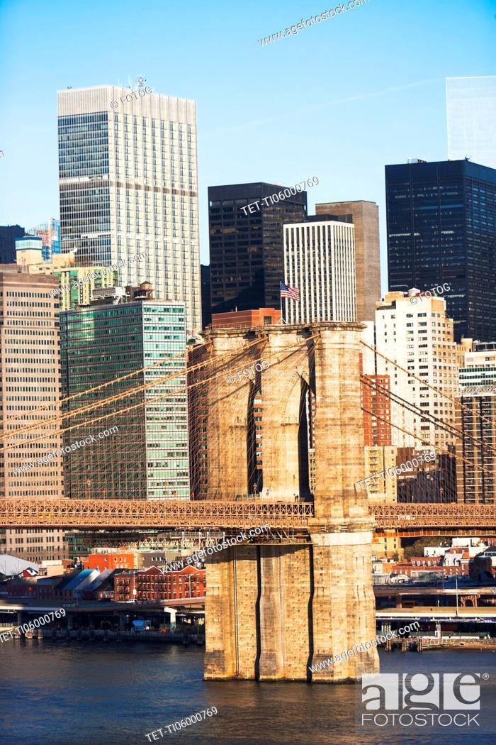 Imagen: USA, New York State, New York City, Manhattan, Brooklyn Bridge and office buildings.