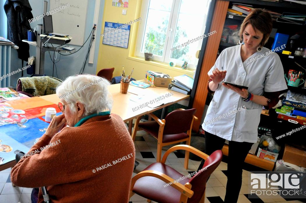 Stock Photo: Reportage on art therapy in Ham hospital?s long-stay unit, France. Art therapy sessions are carried out in the Adapted Care and Activity Hub (P?le d?Activit?s.