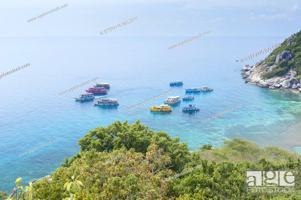 Imagen: Snorkeling, diving and touring boats at Koh Nang Yuan, near Koh Tao, Thailand.