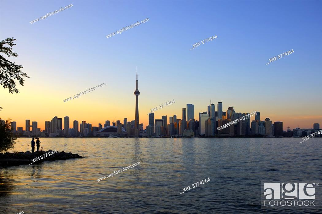 Imagen: Skyline of Toronto with the iconic CN Tower, Ontario, Canada.