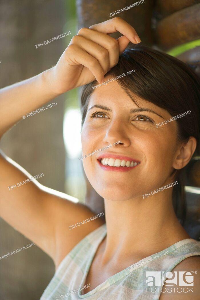 Imagen: Woman looking up dreamily, portrait.