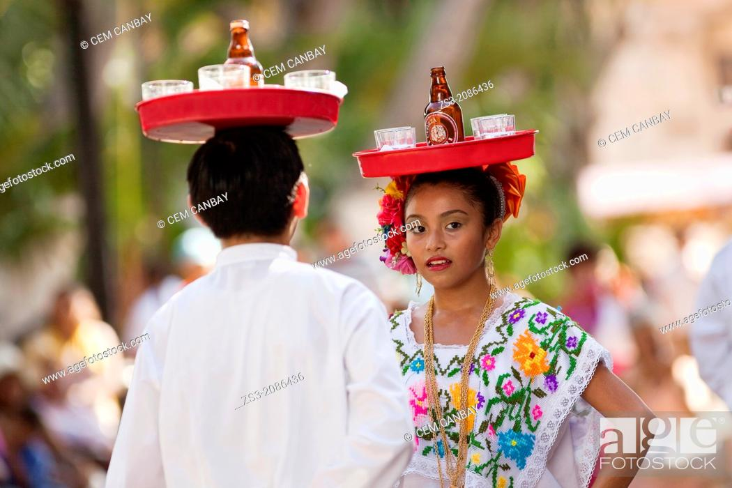 Imagen: Young mexican dancers on the weekly sunday morning show, Merida, Yucatan, Mexico.