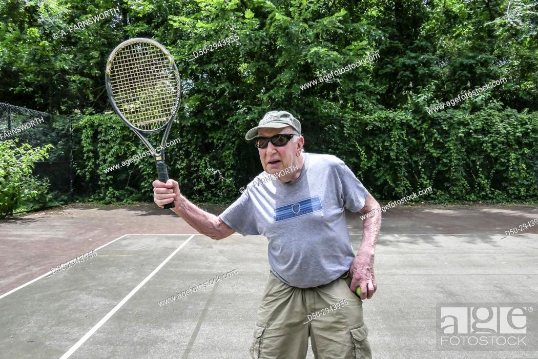 Photo de stock: Washington DC USA Older man playing tennis, retired, exercise.