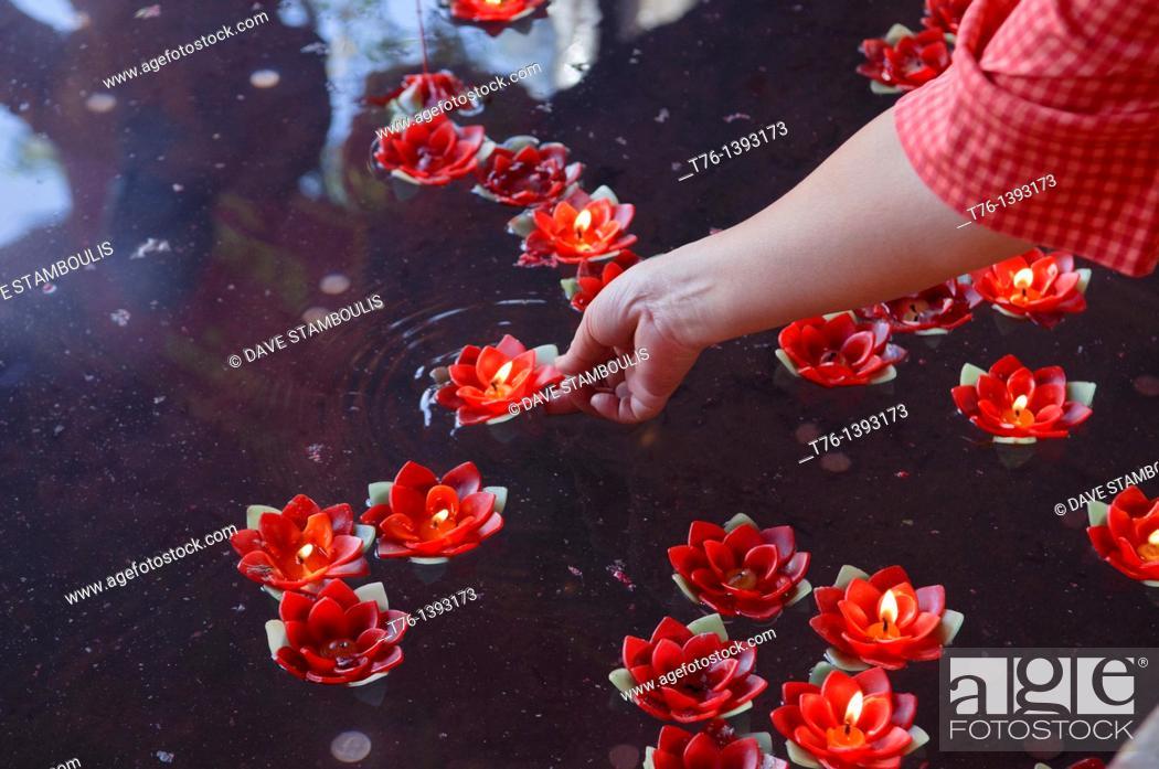 Imagen: lotus candles being floated for good luck at Wat Mangkon Kamalawat in Bangkok's Chinatown.