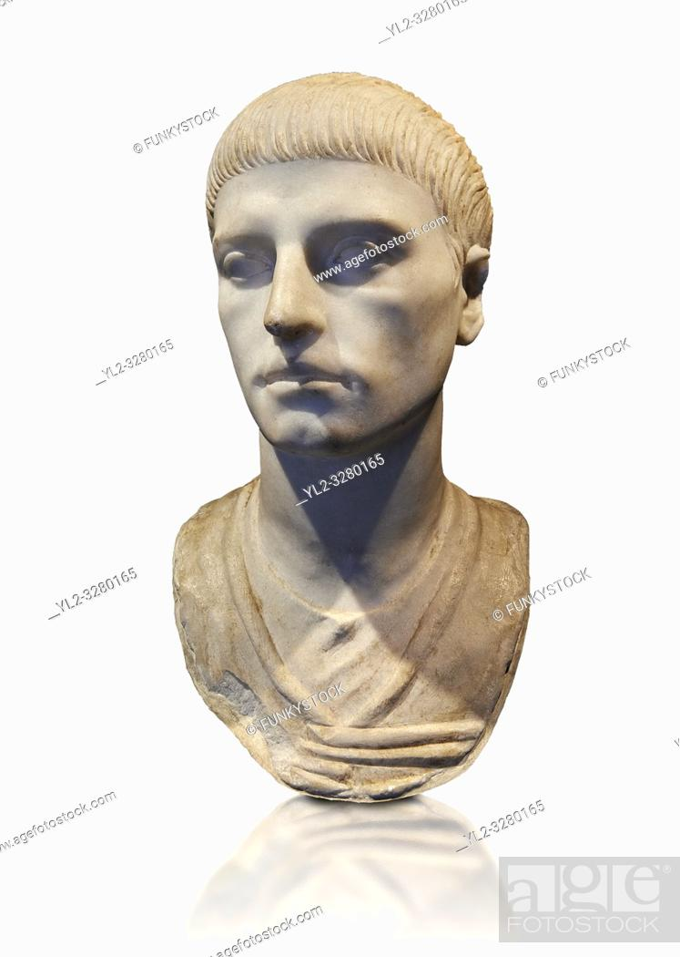 Imagen: Roman portrait bust of a young man from the rule of Trajan 98-117 AD. This bust of a man presents a hairstyle with long curls that are closely cut to the head.