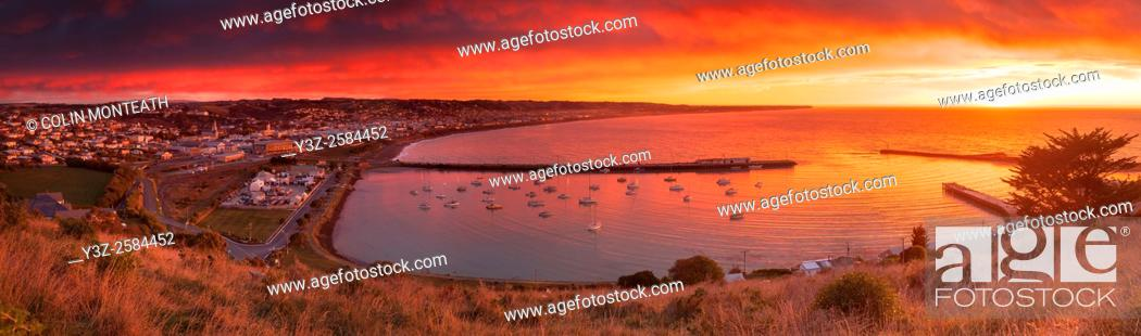 Imagen: Dawn panorama Oamaru city and harbour, early winter, Otago.