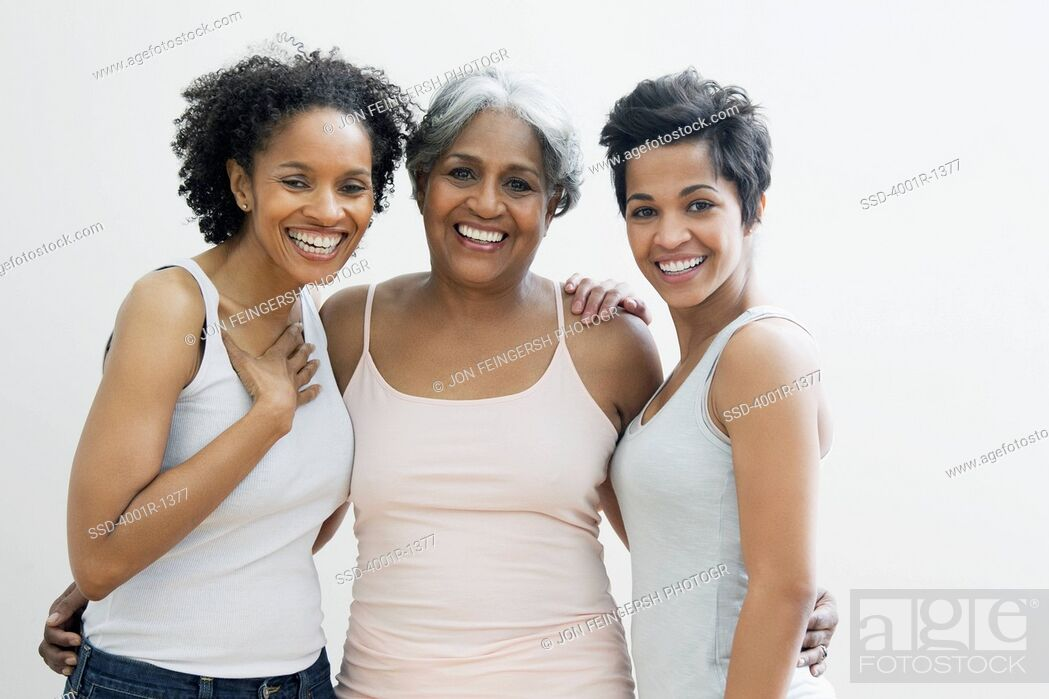 Imagen: Portrait of a senior woman with her daughters smiling.