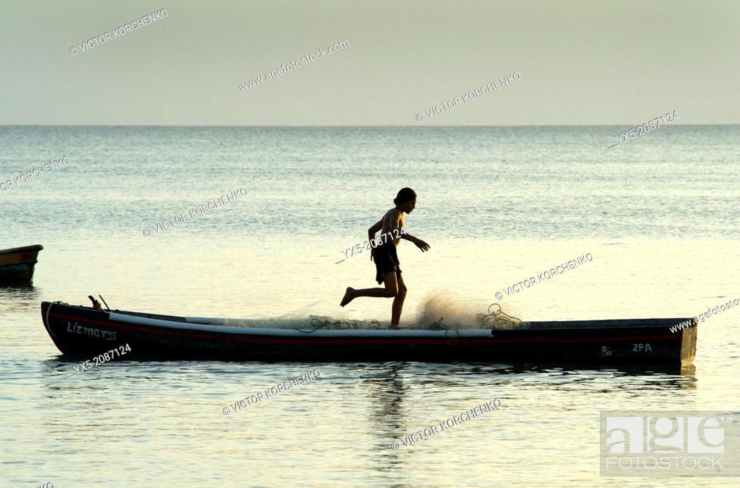 Imagen: Fisherman preparing fishing net on a small boat near Farallon village, Cocle Province, Panama.